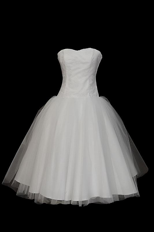 Krótka suknia ślubna princeska o tiulowej spódnicy,z koronkowym gorsetem i prostym dekoltem w stylu retro.