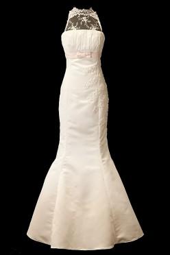 Koronkowa długa suknia ślubna o kroju syrenki, zdobiona haftami z prostym dekoltem w łódkę, różowym paskiem pod biustem oraz podpinanym trenem.