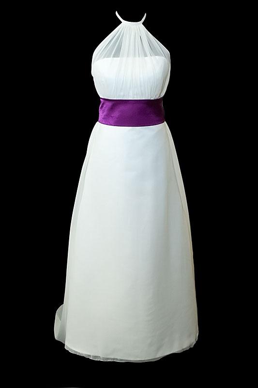 Prosta suknia ślubna na gorsecie z prostym dekoltem, długim odpinanym trenem oraz gołymi plecami wyciętymi w szpic / literę V.