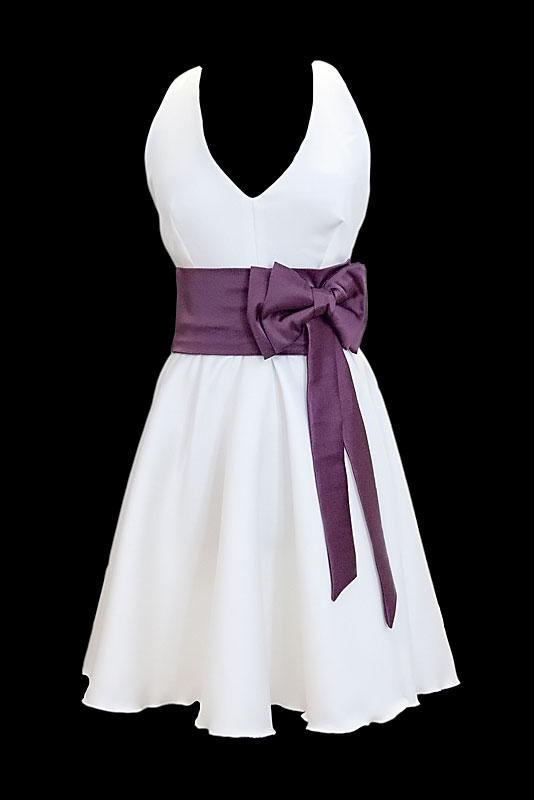 Krótka sukienka na ślub i wesele z dekoltem w szpic, szerokim fioletowym pasem i gołymi plecami.