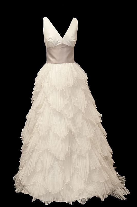 Dwuczęściowa suknia ślubna z marszczeniami na biuście, szerokim pasem i oryginalną spódnicą w pióra.