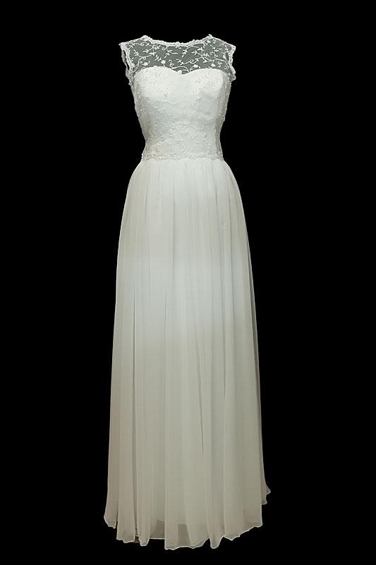 Długa suknia ślubna z plecami z koronki zapinanej na guziki. Sukienka w stylu greckim z dekoltem w serduszko na ramiączkach.