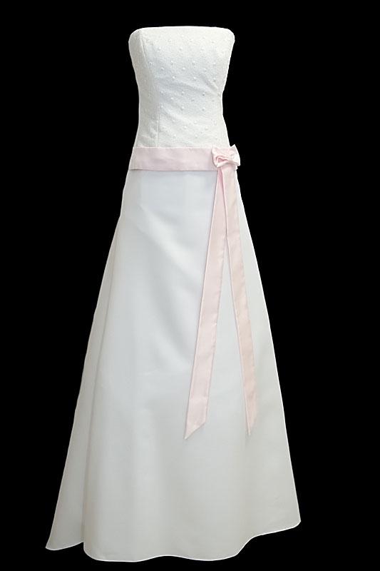 Romantyczna, prosta długa suknia ślubna z dekoltem prostym, na gorsecie zdobionym koronkami oraz pastelowym różowym paskiem z kokardką.