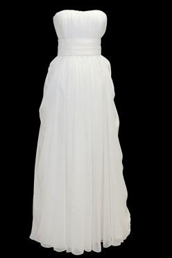Długa romantyczna suknia ślubna odcinana w pasie typu greczynka z długim upinanym trenem i zakrytymi plecami.