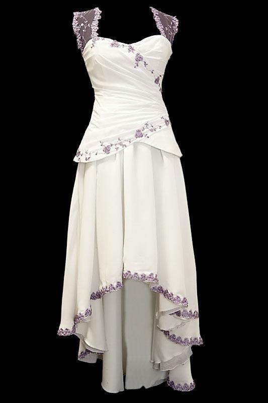 Krótka suknia ślubna z marszczeniami na gorsecie z fioletową koronką i haftami, z dekoltem w serduszko z plecami z koronki.