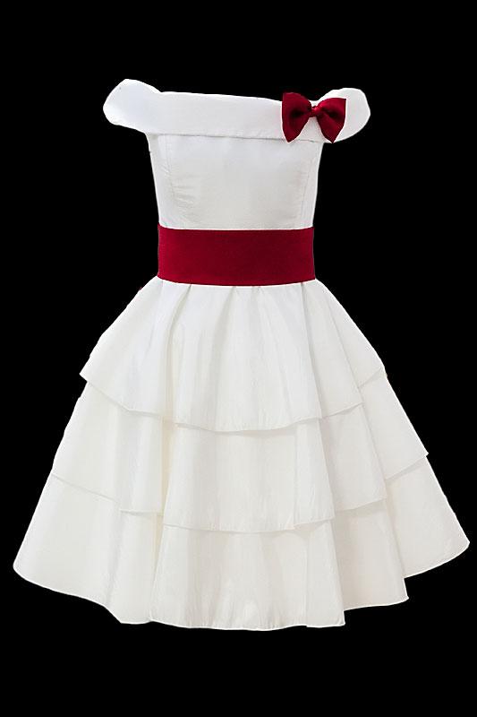 Odważna krótka sukienka ślubna z trzywarstwową spódnicą, karminowym pasem i kokardkę.