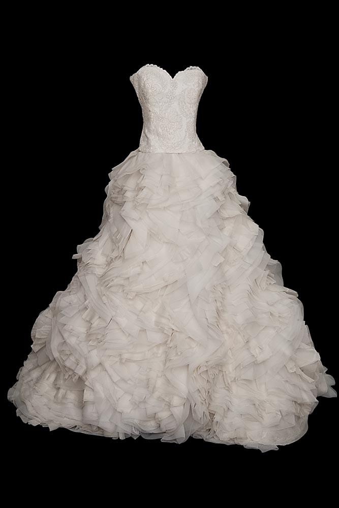 Ekskluzywna suknia ślubna z falbanami. Suknia na gorsecie obszytym koderem od Sophie Hallette z dekoltem w serduszko i spódnicą z licznych falbanek z organzy.
