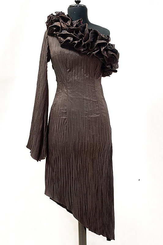 Odważna plisowana krótka suknia wieczorowa w kolorze czekoladowym, z jednym rękawem i kryzą.