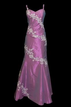 Długa fioletowa suknia wieczorowa zdobiona koronką i haftami z dekoltem w literę V na cienkich ramiączkach z wiązanym tyłem.