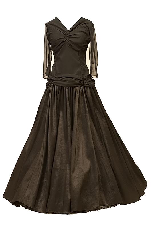 Czarna długa suknia wieczorowa z dekoltem w serduszko i wycięciem na plecach.