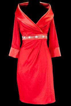 Krótka czerwona suknia wieczorowa z szerokim kołnierzem , długim rękawem i wąskim paskiem zdobionym kamieniami.