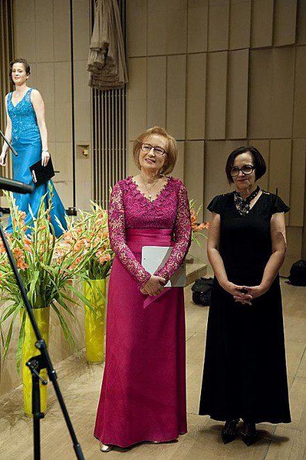 Przewodnicząca Rady Fundacji SIUDMAK ARKANA XXI Emilia Nowaczyk w sukni z Atelier Kamy Ostaszewskiej.
