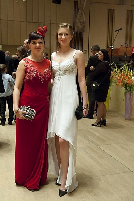 Kama Ostaszewska i Kasia Nowaczyk w białej sukni.