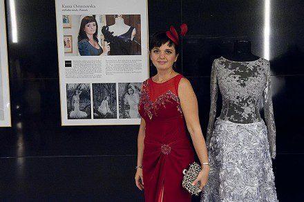 Kama Ostaszewska przez prezentacją swoich sukien w foyer podczas koncertu Wieczna Miłość w Filharmonii Świętokrzyskiej.