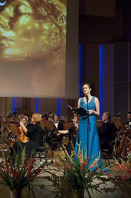 Marianna Nowaczyk, prowadząca koncert z okazji wręczenia pierwszej polskiego Nagrody Pokoju Wieczna Miłość w sukni od Kamy Ostaszewskiej.