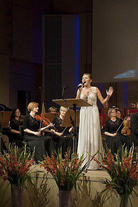 Natalia Rubiś-Krzeszowiak podczas koncertu Wieczna Miłość w Filharmonii Świętokrzyskiej w sukni od Kamy Ostaszewskiej,