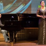 Marcelina Beucher w czarnej koronkowej sukni na scenie podczas otwarcia koncertu w Akademii Wagner w Holandii.