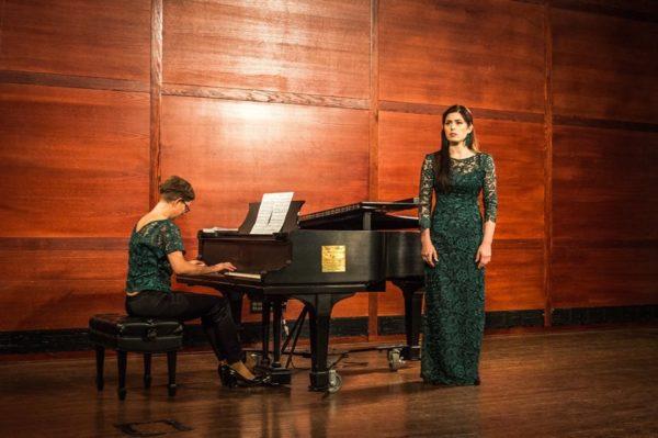 Marcelina Beucher na scenie w zielonej sukni koncertowej Lakme
