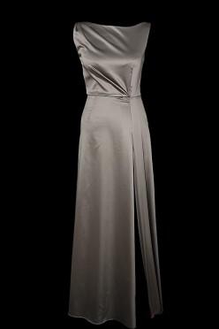 Długa srebrna suknia wieczorowa z seksownym rozcięciem na lewej nodze.