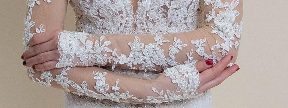 koronkowa-suknia-slubna-na-siatce-z-golymi-odslonietymi-plecami-3