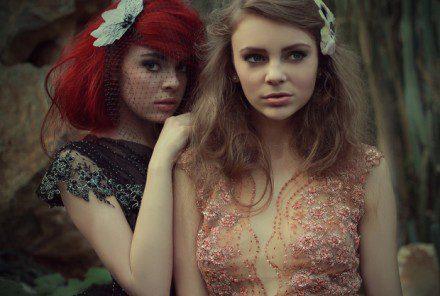 Dwie koronkowe suknie na pięknych dziewczynach