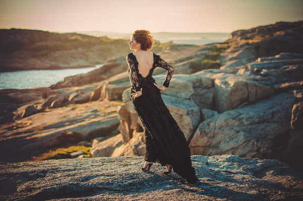 Czarna koronkowa suknia wieczorowa