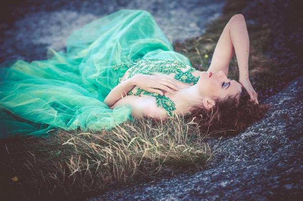 Portret w zielonej koronkowej sukni koncertowej