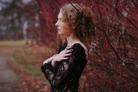 czarna-koronkowa-suknia-wieczorowa-z-dlugimi-rekawami