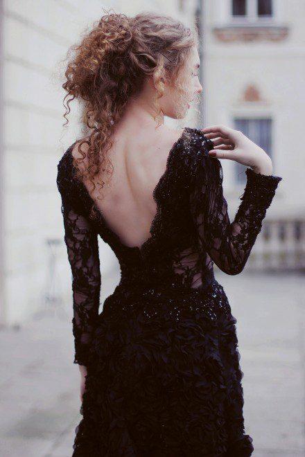 czarna-suknia-wieczorowa-z-golymi-odslonietymi-plecami