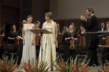 Natalia Rubiś-Krzeszowiak i Agnieszka Rehlis na scenie.