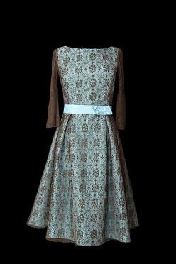 Krótka sukienka koktajlowa z błękitnej satyny przykrytej czekoladową koronką.