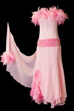 Różowa suknia do tańca standardowego z piórami i marszczeniami na pasku.