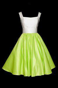 Krótka satynowa suknia do tańca z rozkloszowanym zielonym dołem i białą górą na szerokich ramiączkach, z dekoltem w delikatną łódkę.