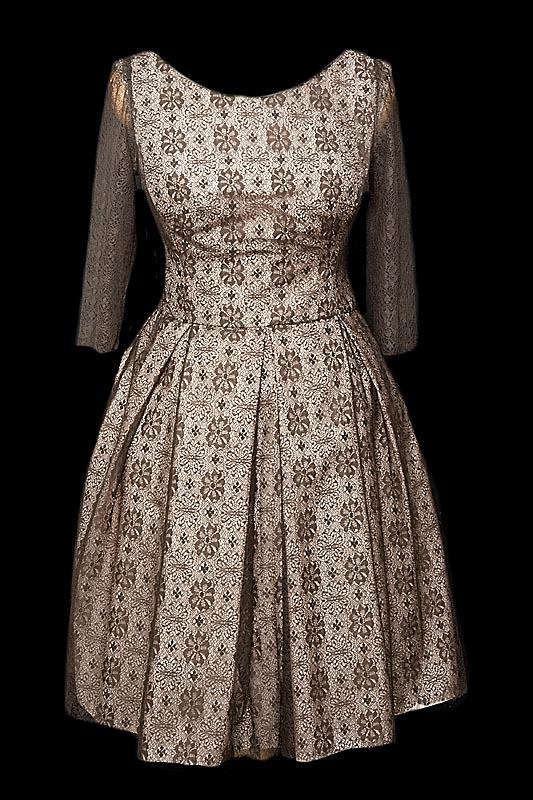 Krótka sukienka koktajlowa idealna na studniówkę z koronką naszytą na taftę z rękawkami i kokardą z tyłu.