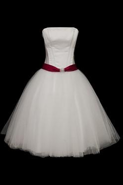 Przepiękna krótka sukienka do ślubu kościelnego i cywilnego z wiązanym z tyłu gorsetem, czerwonym paskiem z kamieniami oraz tiulową rozkloszowaną spódnicą.