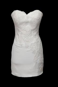 Seksowna koronkowa krótka suknia ślubna Aiko z dekoltem w serduszko i gołymi, odkrytymi plecami w szpic.