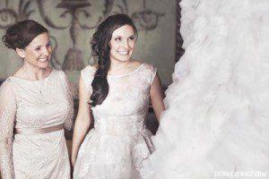 Natalia Rubiś z mamą oglądają suknię z Atelier Kamy Ostaszewskiej w Hotelu Starym w Krakowie.