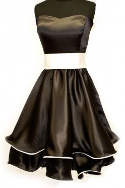 Czarna krótka sukienka studniówkowa z białym paskiem i piękną kokardą z tyłu.