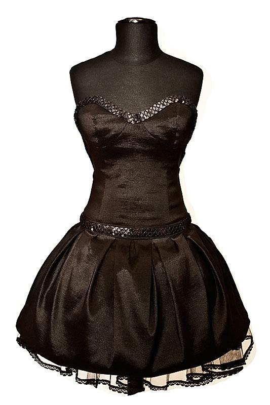 Czarna krótka sukienka na studniówkę i wesele o kroju bombki.