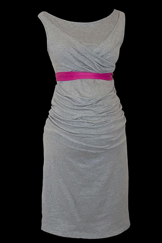 Krótka szara sukienka wizytowa dla kobiet w ciąży z włoskiego dżerseju i z cienkim różowym paskiem.