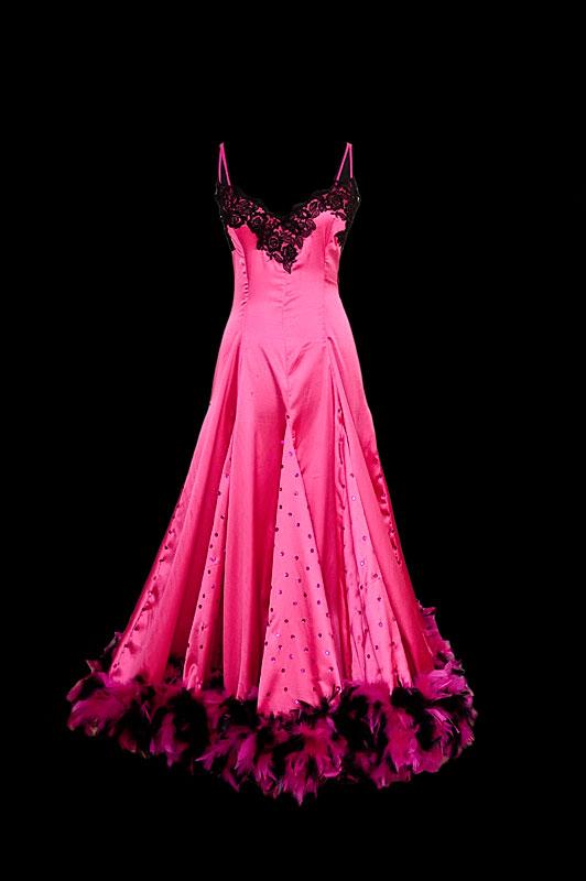 Suknia do tańca standardowego z głębokim dekoltem w serduszko, godetami i różowo-czarnymi piórami.