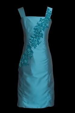Krótka elegancka sukienka koktajlowa / wizytowa w kolorze niebieskim z poprzecznie naszywanym niebieskim haftem, z dekoltem prostym oraz szerokimi ramiączkami.