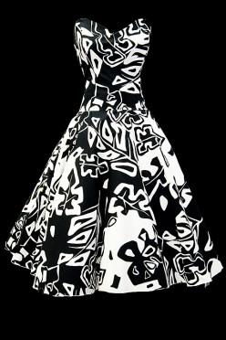 Czarno-biała sukienka koktajlowa z nieregularne wzory na gorsecie z dekoltem w serduszko.