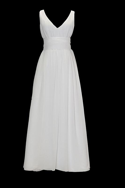 Długa zwiewna suknia ślubna typu greczynka z dekoltem w szpic i gołymi plecami w literę V. Sukienka przewiązana marszczonym pasem z naszytym z tyłu kwiatem.