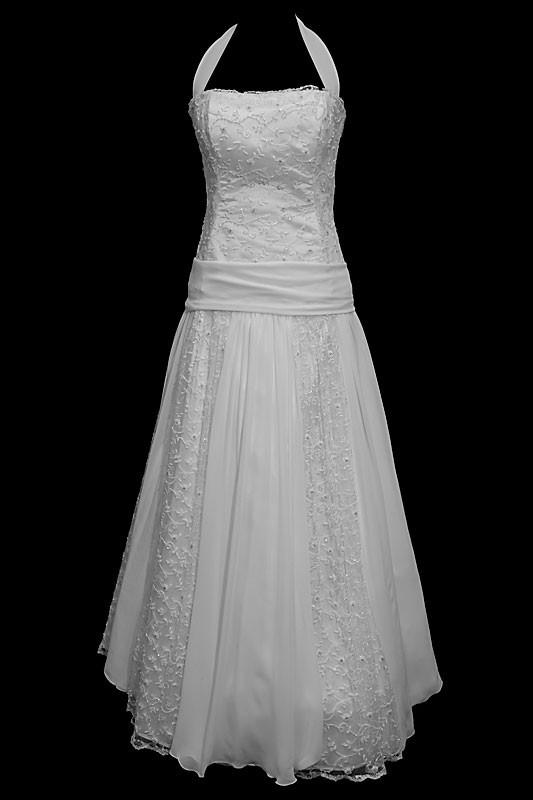 Długa koronkowa suknia ślubna na ramiączkach, z koronkowym gorsetem, prostym dekoltem i marszczonym pasem.