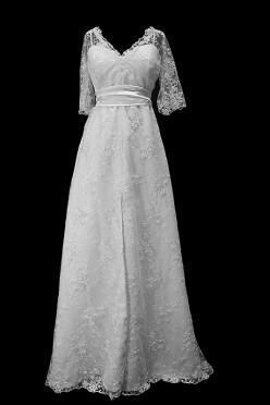 Klasyczna koronkowa suknia ślubna z rękawkami, dekoltem w serduszko oraz paskiem w zakładki.