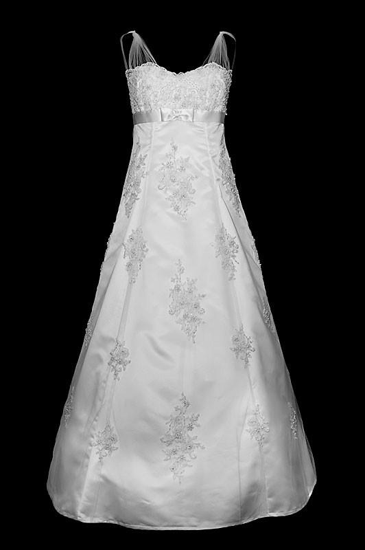 Długa koronkowa suknia ślubna z haftami na gorsecie i spódnicy.