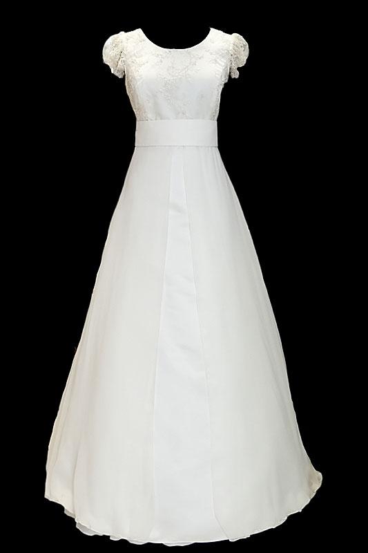 Długa suknia ślubna z dekoltem w łódkę i gołymi plecami w szpic przykrytymi koronką. Sukienka z bardzo długim, odpinanym trenem.
