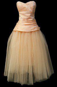 Krótka suknia ślubna w kolorze łososiowym z tiulową spódnicą.
