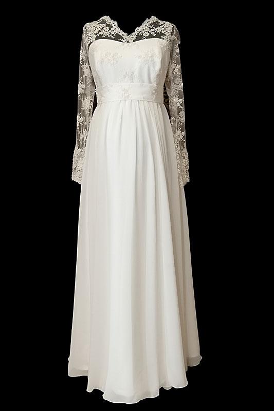 Długa suknia ślubna dla kobiet w ciąży z dekoltem w serduszko i koronkowymi długimi rękawami.